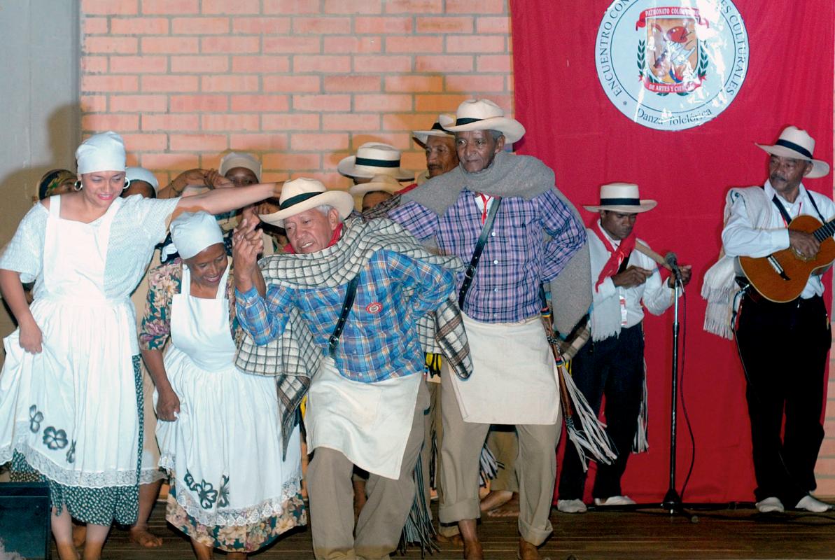 Portadores de Danza Folclórica. Familia Foronda, Vereda de San Andrés. Municipio de Girardota, Antioquia. Fotografía: Patronato Colombiano de Artes y Ciencias 2017.